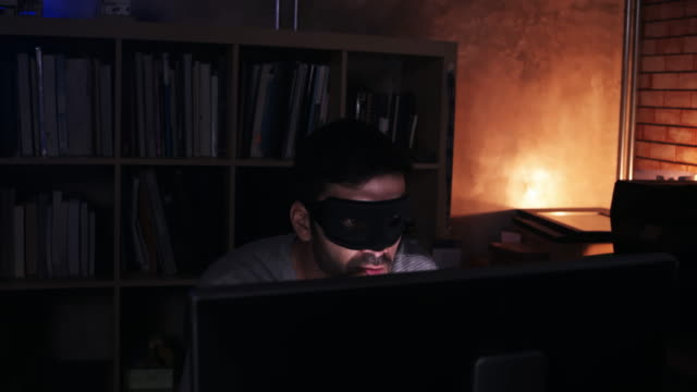 ウェブサイト上のコンピュータハッキングデータベースを使用してハッカー - スパイ点の映像素材/bロール