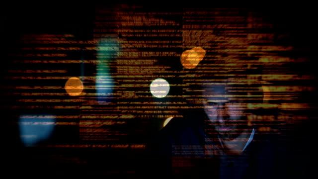 hacker usa computer in camera oscura - composizione digitale video stock e b–roll