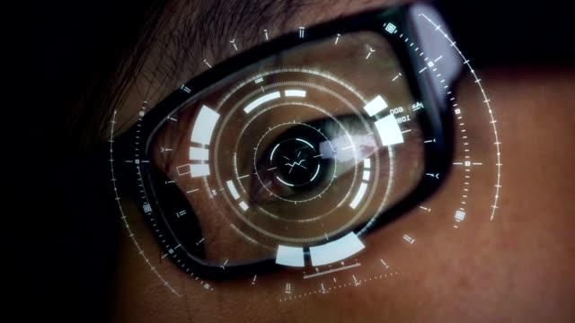 未来の透明ガラス頭表示 interface.network バーチャルリアリティの概念を持つハッカー - モノのインターネット点の映像素材/bロール