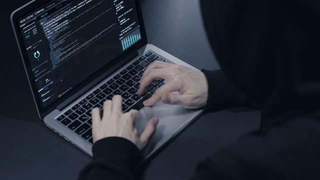 stockvideo's en b-roll-footage met hacker met laptop - onherkenbaar persoon