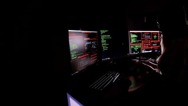 Mujer hacker trabajando. Concepto de seguridad informática - vídeo