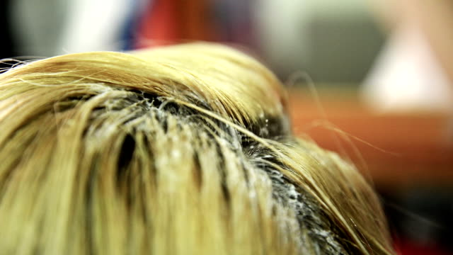 vidéos et rushes de coloration des cheveux. gros plan - salons et coiffeurs