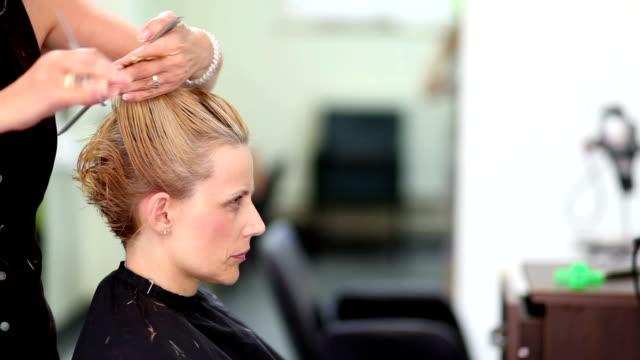 vídeos de stock, filmes e b-roll de corte de cabelo - estilo de cabelo