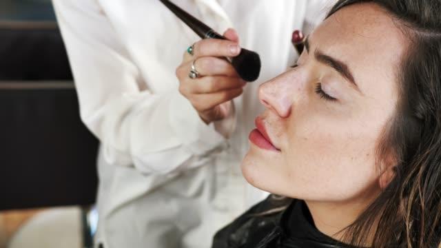 frisör är entreprenör att utveckla sitt lilla företag - makeup artist bildbanksvideor och videomaterial från bakom kulisserna