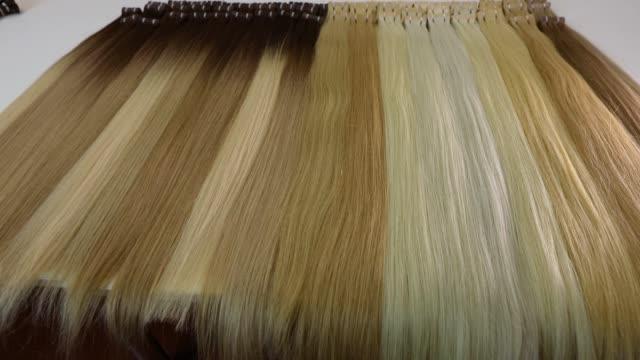 saç uzantıları, kadın uzun saç, yapay kadın saç - peruk stok videoları ve detay görüntü çekimi