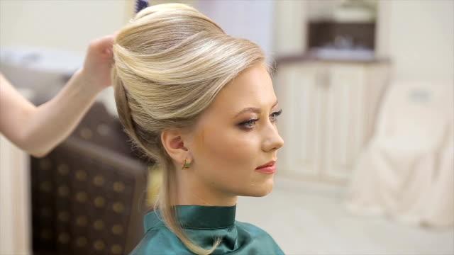 stockvideo's en b-roll-footage met haar master sprays vernis, maakt krullen, blonde, schoonheid salon, slow motion - blond curly hair