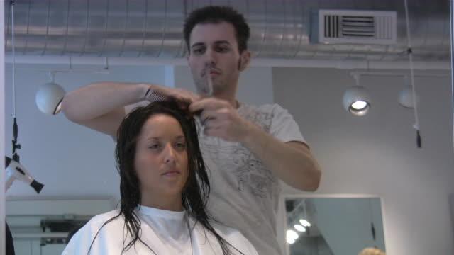 friseur salon - friseur lockdown stock-videos und b-roll-filmmaterial