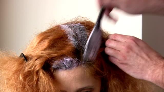 friseur salon - haartönung stock-videos und b-roll-filmmaterial