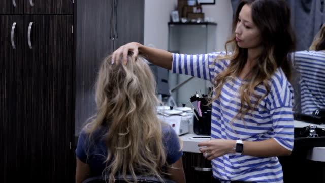 hd の髪のスタイリングの相談 - 美容室のビデオ点の映像素材/bロール