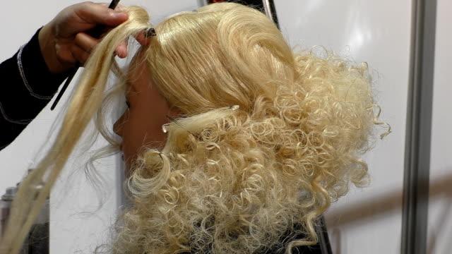 stockvideo's en b-roll-footage met haarstylist werken - blond curly hair