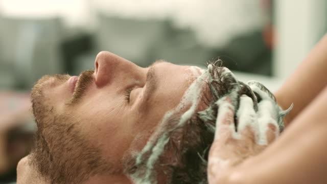 髪を洗った - 美容室のビデオ点の映像素材/bロール