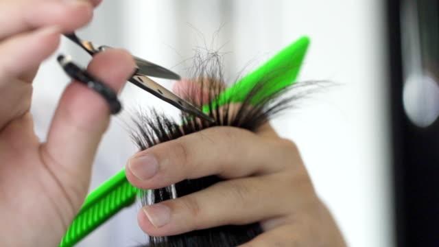 slo mo haircut in barber. - forbici video stock e b–roll