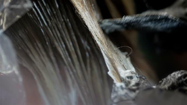 vídeos de stock e filmes b-roll de hairdresser applying dye on hair - matéria corante