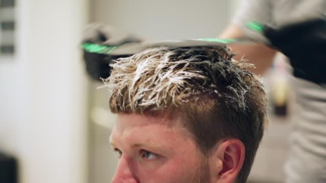 friseur anwendung haarfärbemittel mit folie - haartönung stock-videos und b-roll-filmmaterial