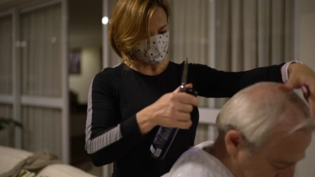 friseur tun haus haarschnitt in senior mann - friseur lockdown stock-videos und b-roll-filmmaterial