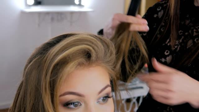 vídeos de stock, filmes e b-roll de penteado de acabamento de cabeleireiro para cliente - estilo de cabelo