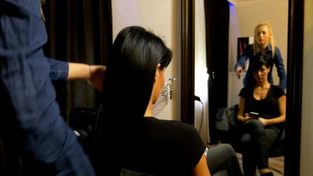 vídeos de stock, filmes e b-roll de cabeleireiro bela mulher a ficar preparado para o evento - estilo de cabelo