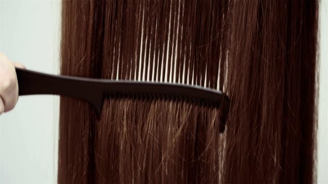美容院。ヘアブラシ。 - ブラシ点の映像素材/bロール