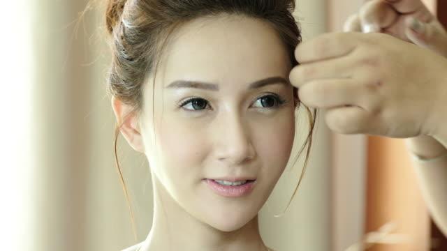 4 K: 美容師女性の世話します。 ビデオ
