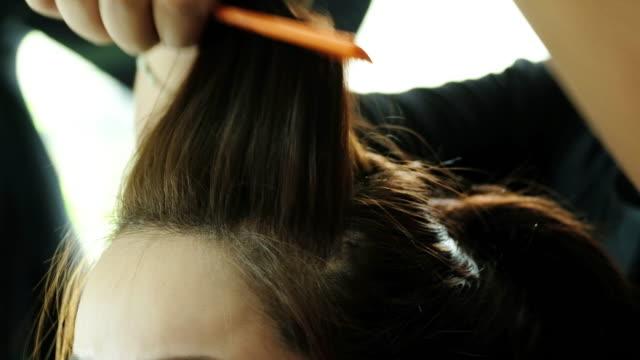 4 k: 美容師女性の世話します。 - 美容室のビデオ点の映像素材/bロール