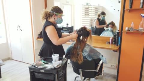 vidéos et rushes de coiffure pendant la pandémie de covid-19 - coiffure
