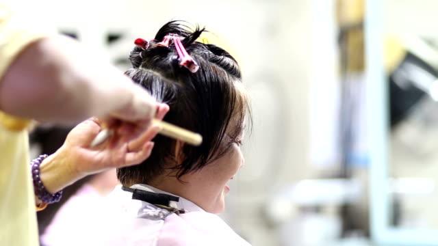 vidéos et rushes de coiffure le dos de la tête du client - salons et coiffeurs