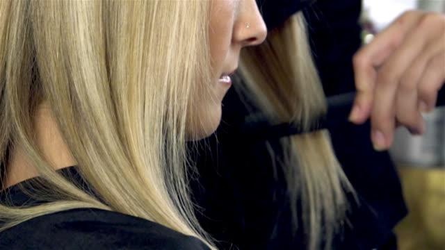 vídeos de stock, filmes e b-roll de penteado de compilação - estilo de cabelo