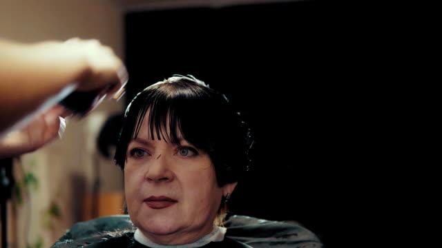 hairstylist cut female hair during haircutting in hairdressing salon. - krótkie włosy filmów i materiałów b-roll