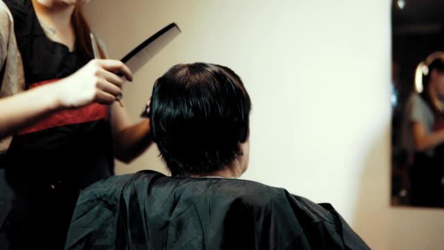 weibliche haare schneiden friseur beim haareschneiden im friseursalon. - kosmetik beratung stock-videos und b-roll-filmmaterial