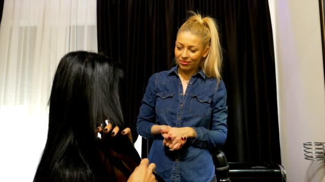 Cabeleireiro fala com seu cliente no salão de cabeleireiro - vídeo
