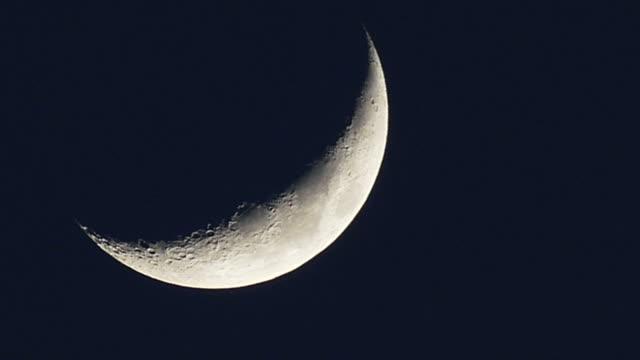 half moon flowing down - полумесяц форма предмета стоковые видео и кадры b-roll