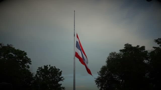 halbmast oder halbmast thailändische nationalflagge wahrung und mouring - könig schachfigur stock-videos und b-roll-filmmaterial