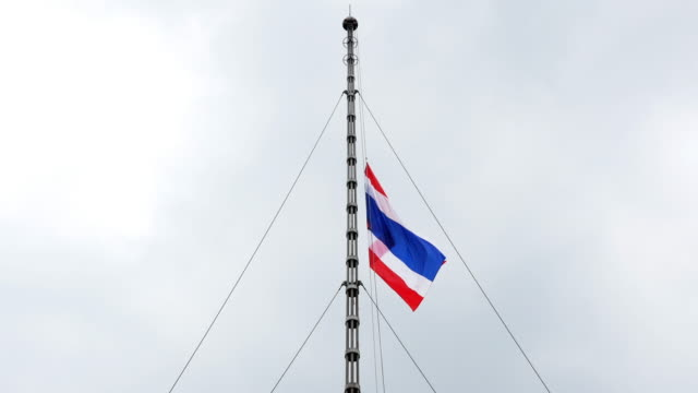 vídeos de stock e filmes b-roll de half-mast thai flag - dia de reis