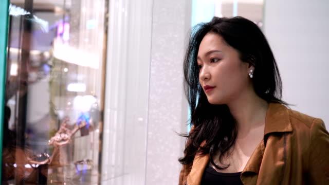 ビジネスウーマンのハーフパーソン肖像 - 展示点の映像素材/bロール
