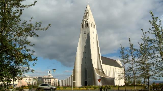 vídeos y material grabado en eventos de stock de iglesia de hallgrímur church - misa
