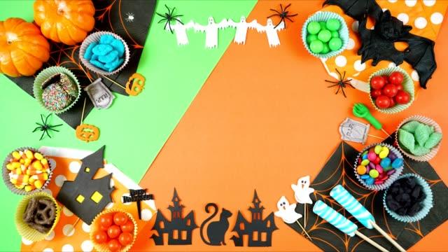 萬聖節糖果和符號現代極簡主義平底停止運動背景。 - halloween candy 個影片檔及 b 捲影像