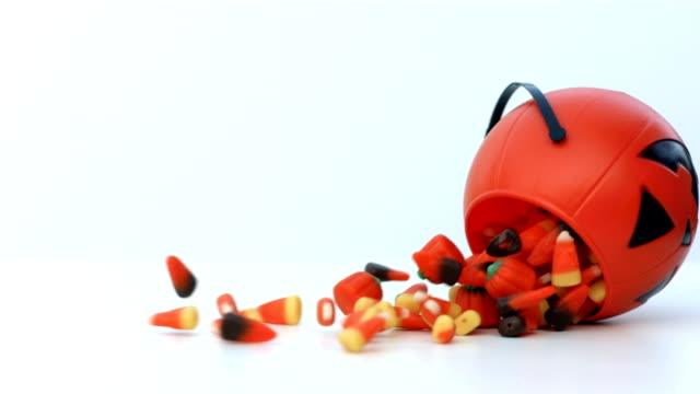 halloween-candy setzt sich aus kürbis - halloween stock-videos und b-roll-filmmaterial