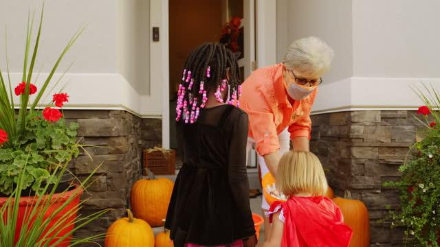 vídeos y material grabado en eventos de stock de truco de halloween para niños o el uso de máscaras faciales - halloween covid