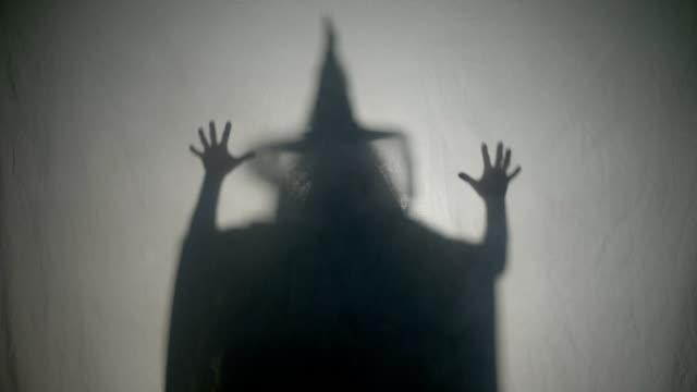 halloween malefic häxa skrattar och sätta en ond förtrollning på människor på halloween dag dödas - stavning bildbanksvideor och videomaterial från bakom kulisserna