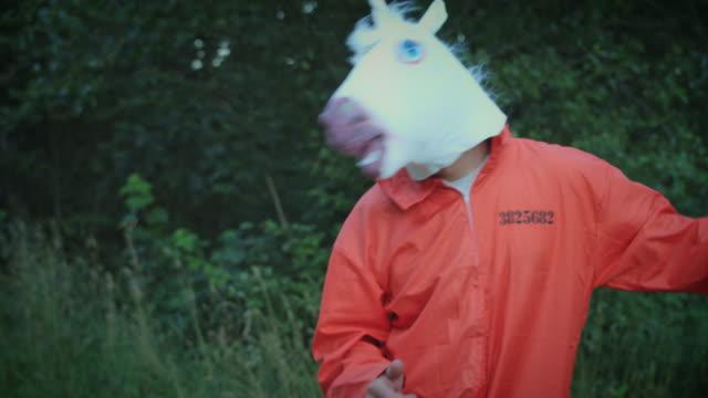 4K Halloween Mann mit Einhorn Pferd Maske tanzen – Video