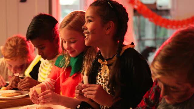 halloween party activities - preadolescente video stock e b–roll