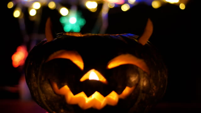 halloween pumkin bokeh light background - incisione oggetto creato dall'uomo video stock e b–roll