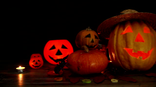 ハロウィーンパンプキンヘッドジャックランタン木製の背景に - ハロウィーン点の映像素材/bロール