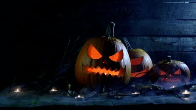 halloween kürbisse und kerzen - halloween stock-videos und b-roll-filmmaterial