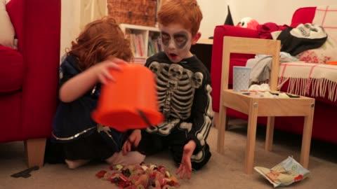 vídeos y material grabado en eventos de stock de ¡halloween dulces por todas partes! - dulces
