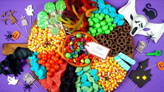 萬聖節把戲或治療糖果放牧拼盤巧克力板停止運動。 - halloween candy 個影片檔及 b 捲影像