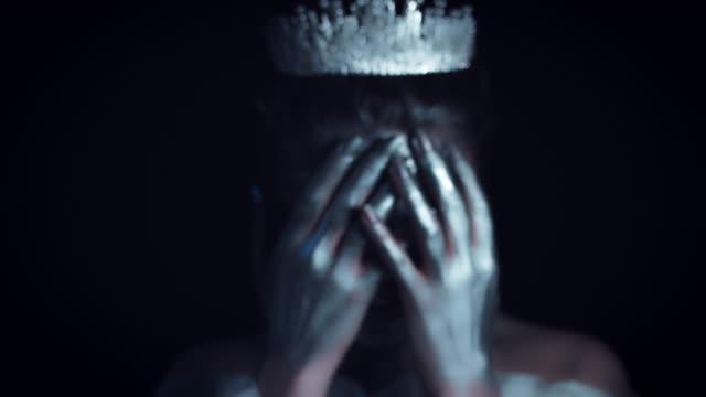 vidéos et rushes de 4k femme halloween costume reine blanc et argent maquillage - couronne reine