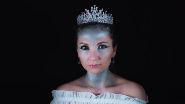 vidéos et rushes de 4k halloween femme en blanc costume reine posant - couronne reine
