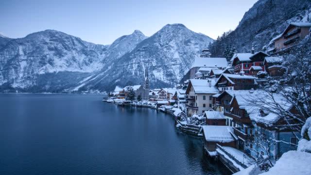 vídeos de stock, filmes e b-roll de hallstatt dia para a noite de lapso de tempo no inverno, salzkammergut, áustria - áustria