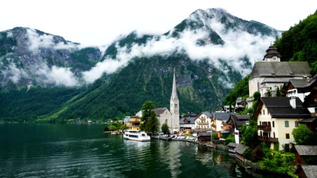 hallstatt mountain village landschaft berühmten blick - salzburg stock-videos und b-roll-filmmaterial